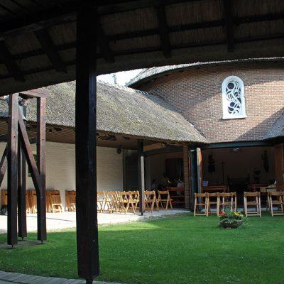 Kirche-Innenhof